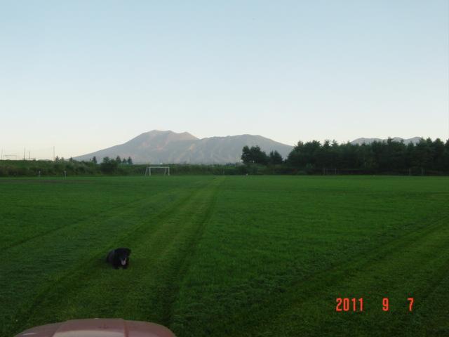 サッカー場より望む、浅間山