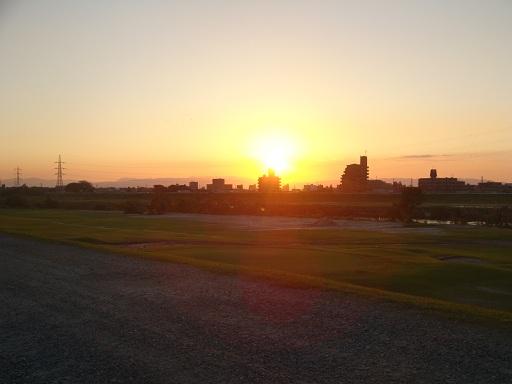 台風15号の過ぎ去ったゴルフ場の夕日