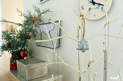 アクセサリーツリーにもクリスマス飾り