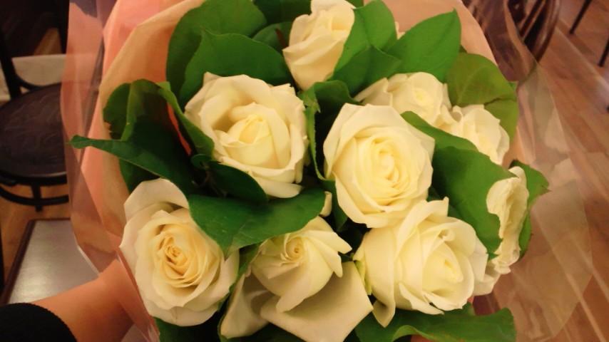 友人から、白バラの花束♪