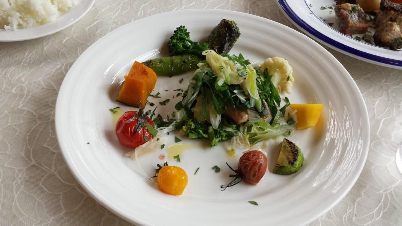 お魚も野菜に埋まってます。