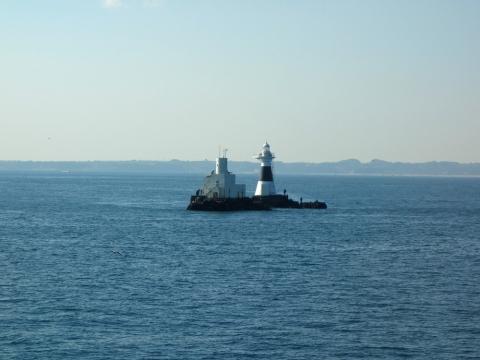 03東京湾の真ん中の釣り人