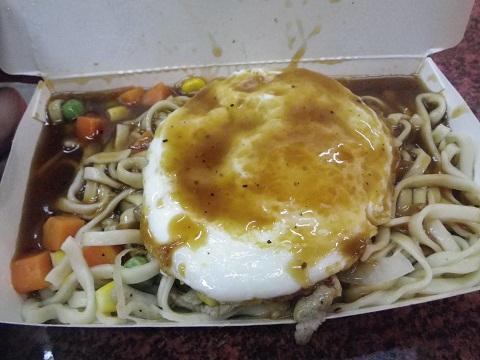 台中一中街「鶏肉鉄板麺 目玉焼き付」