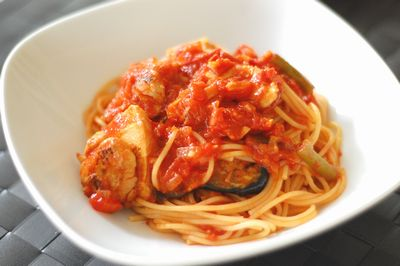 塩麹で作る、鶏むね肉とトマトのパスタ
