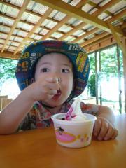 ソフトクリームたべる