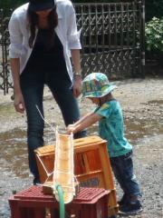 流しそうめんの竹で遊ぶ
