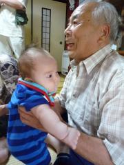 大きいおじいちゃんの抱っこ