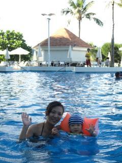ママと泳ぐ1