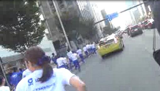 公道を走る