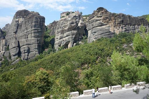 奇岩の上に修道院が建つ