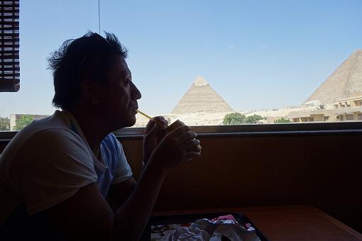 ピラミッドを眺める