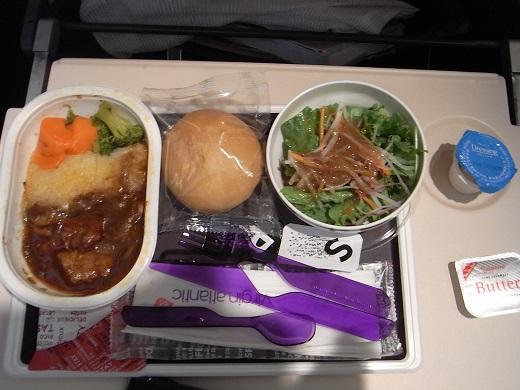 機内食。紫のプラカトラリーもかわいい。