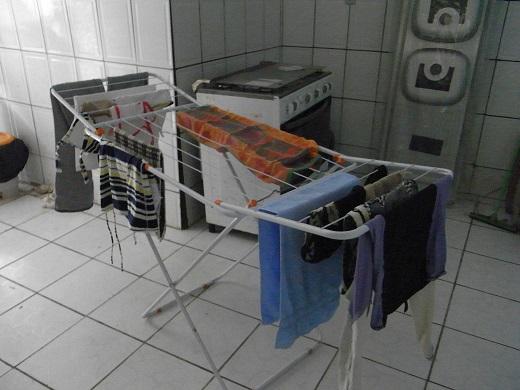 ここに台所が…。奥に流しの部品らしきものが…。