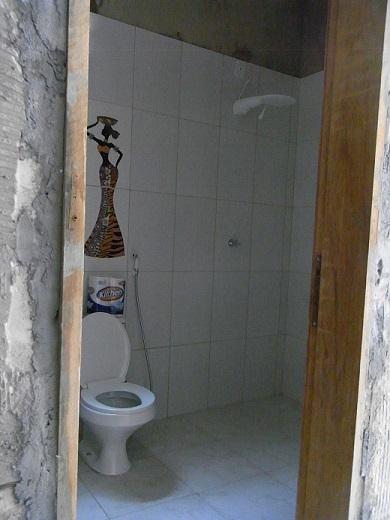 お手洗いとシャワー。ガラスのしきりはこれから。