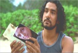 シーズン1より、ビーチで恋人・ナディアの写真見ているサイード