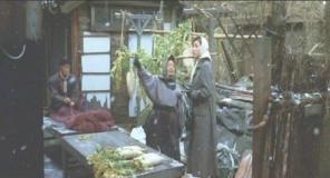 朝市のおばちゃんに道を訊ねている禎子
