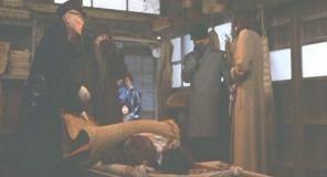 死体の確認をさせられている禎子