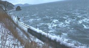 海沿いを走る列車