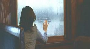 起きて、結露した窓を手で拭いて外を見る