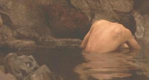 温泉で謙一と接吻