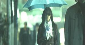 雨の中を歩いているレイ