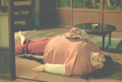 ハムかつを食って寝転んでいる店の一人娘