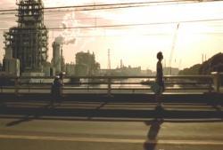 夕日を背に歩く親子