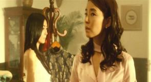 沓子の部屋を見て回る豊の婚約者