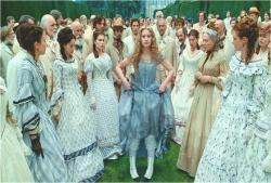 ドレスをあげるアリス