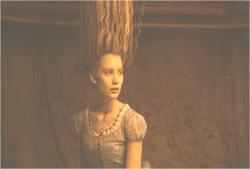 髪が逆立っているアリス