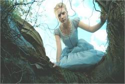 木の中の穴をのぞいてするアリス