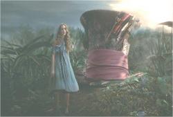 マッドハッターの帽子に乗って、あたり見回すアリス