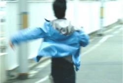 逃げる青柳