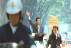 凱旋パレードをしている金田首相