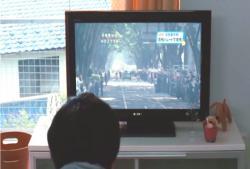 青柳が見ている首相暗殺のニュース番組