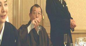 飲み残しのシャンパンをぐいっ・・