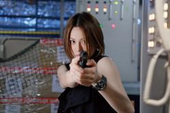犯人に銃を向ける宇佐木玲子