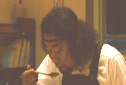 夢中で倫子の料理を頬張る熊さん