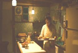 出来た料理を持っていく倫子