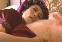 その豚・エルメスと一緒に寝ている倫子の母