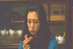 最後のおばあちゃんのドーナツを食べる倫子