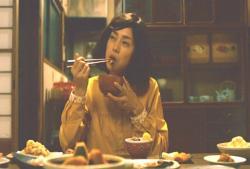 おばあちゃんの料理を食べている倫子