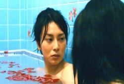 母と一緒に入浴している倫子
