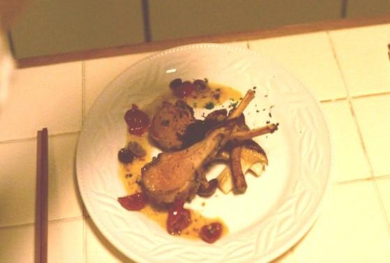お妾けさんのコース料理の子羊のローストと野生きのこのガーリックソテー