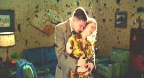 妻を抱きしめるダニエルズ