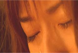 信頼していた者から裏切られて、大粒の涙を流す直