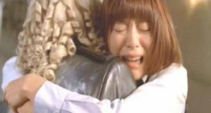 シュトレーゼマンに抱きついて、泣いている、のだめ