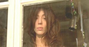 窓からのだめたちを見ている若い女性
