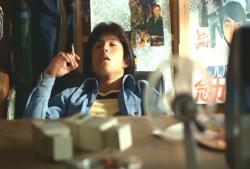 8ミリ映画編集途中で一服する涼太(背中にルパン三世実写映画ポスター)