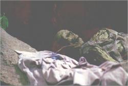 逃げ込んだ洞窟で、偶然見つけた白骨化した遺体